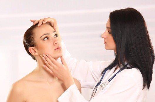 Die Behandlung beginnt unter Kontrolle eines Hautarztes mit einer sehr geringen Dosis. (Bild: © enetstan - shutterstock.com)