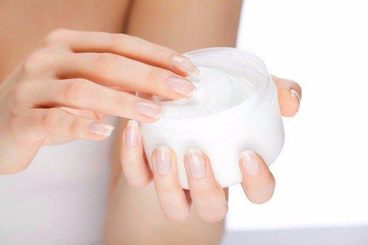 In Cremes und Seren spendet Hyaluronsäure so viel Feuchtigkeit, dass sich die obersten Hautzellen geradezu damit vollsaugen. (Bild: © krimar - shutterstock.com)