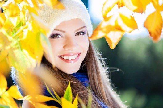 Warme Accessoires wie Schals und Mützen sind tolle Ergänzungen zum Outfit. (Bild: © SunKids - shutterstock.com)