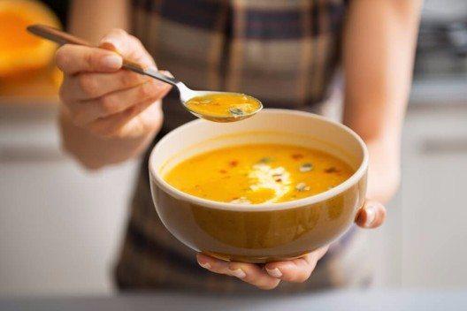 Aromatische Suppe und Eintöpfe ersetzen jetzt die bunten Sommersalate. (Bild: © Alliance - shutterstock.com)