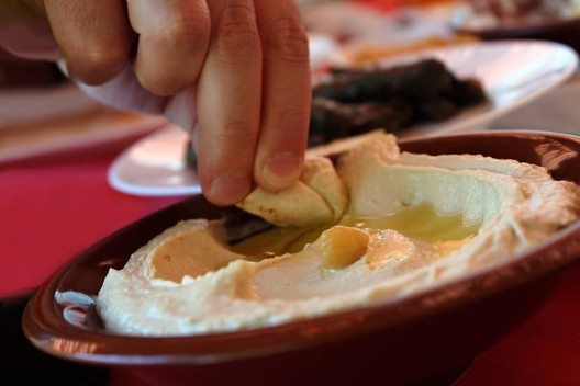 Humus ist ein traditioneller Kichererbsendip mit Sesampaste aus dem Nahen Osten. (Bild: © Eliane Haykal - shutterstock.com)