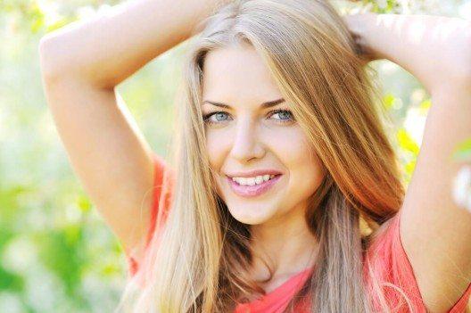 Mit helleren Zähnen und einem strahlenden Lächeln wirkt dein Gesicht sofort wie nach einer Verjüngungskur. (Bild: © paultarasenko - shutterstock.com)