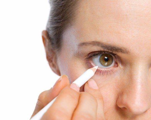 Mit einem Kajalstift kannst du deine Augen betonen und zum Strahlen bringen. (Bild: © Alliance - shutterstock.com)