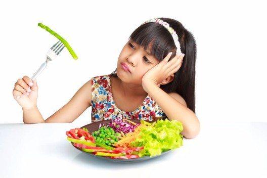 Wer bereits im Kindesalter auf Diät gesetzt wird, kann schwere Entwicklungsstörungen erleiden. (Bild: © Patrick Foto - shutterstock.com)
