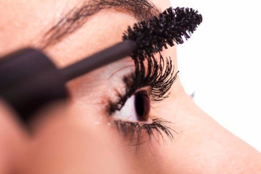 Wenn deine Wimpern den richtigen Schwung haben, kannst du Mascara auftragen. (Bild: © Matlinski - shutterstock.com)