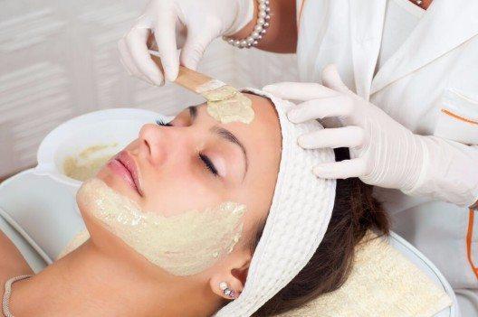 Für junge Haut nachhelfen können wir auch mit Antioxidantien in Cremes, Masken und Seren. (Bild: © prudkov - shutterstock.com)