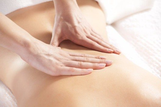 In der Klassischen Massage gibt es fünf Hauptgriffe: Reiben, Streichen, Kneten, Klopfen und Vibration. (Bild: © Petar Djordjevic - shutterstock.com)