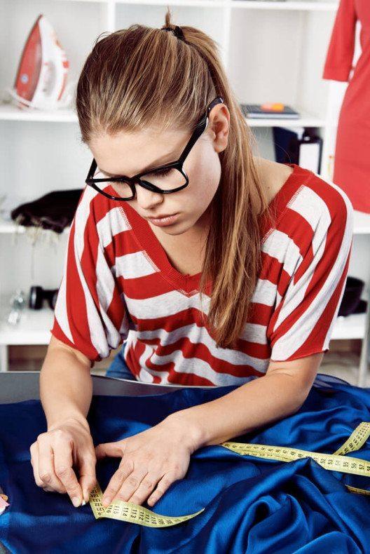 Nähen wie die Profis - mit einer guten Nähmaschine und viel Fleiss wird es möglich. (Bild: © Stasique - shutterstock.com)