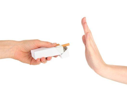 Wer sich einen schönen Teint erhalten will, sollte Zigaretten & Co. keine Chance geben. (Bild: © Africa Studio - shutterstock.com)
