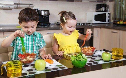 Noch gesünder werden die Nudelgerichte, wenn sie mit Gemüse kombiniert werden. (Bild: © GSerban - shutterstock.com)