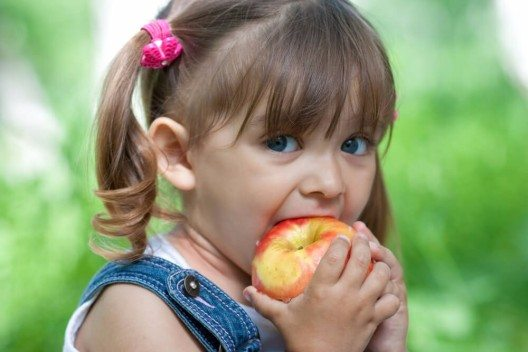 Ein Apfel darf gerne mit Schale gegessen werden. (Bild: © Andrey_Kuzmin - shutterstock.com)