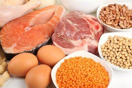 Generell braucht jeder Mensch eine gewisse Menge an Proteinen pro Tag. (Bild: © Africa Studio - shutterstock.com)