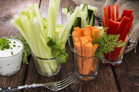 Gurken schmecken, sind erfrischend und passen auf jede Rohkostplatte. (Bild: © HandmadePictures - shutterstock.com)