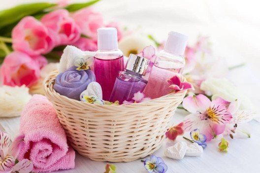 Rosen wirken entzündungshemmend und stärkend. (Bild: © sarsmis - shutterstock.com)