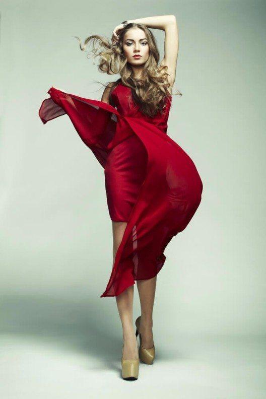 Blonden steht Rot natürlich sehr gut. (Bild: © Oleg Gekman - shutterstock.com)