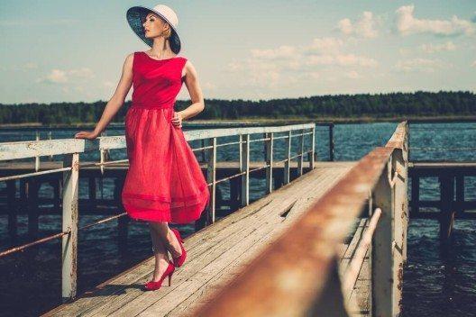 Auch für rote Kleidung gilt: Rot wirkt belebend, anregend und sehr selbstbewusst. (Bild: © Nejron Photo - shutterstock.com)