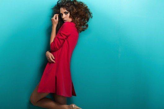 Braunhaarige Damen sollten den Rotton auf ihre Haarfarbe abstimmen. (Bild: © conrado - shutterstock.com)