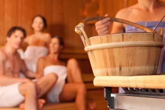 Sauna, Dampfbad und Whirlpool haben jetzt wieder Hochsaison. (Bild: © Kzenon - shutterstock.com)