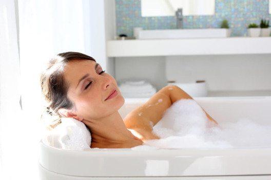 Schaumbäder sorgen für ein entspannendes Baderlebnis. (Bild: © Goodluz - shutterstock.com)