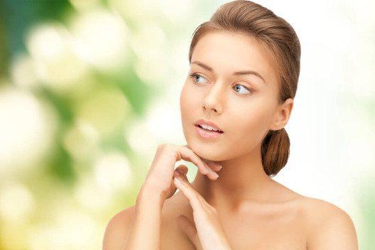 Ein wichtiger Faktor für ein schönes Hautbild ist die Ernährung. (Bild: © Syda Productions - shutterstock.com)