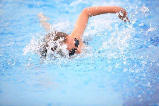 Im Schwimmbad kann man im Herbst wieder ganz in Ruhe seine Bahnen ziehen. (Bild: © Suzanne Tucker - shutterstock.com)