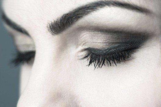 Smokey Eyes wirken besonders glamourös und elegant (Bild: © starush - fotolia.com)