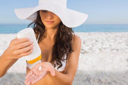 Sonnenschäden und Falten lassen sich erheblich mindern, indem man Sonnenschutz benutzt. (Bild: © wavebreakmedia - shutterstock.com)