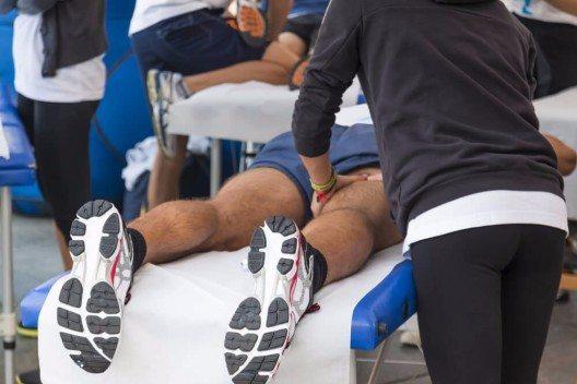 Viele Leistungs- und Berufssportler schwören auf den Masseur ihres Vertrauens. (Bild: © Giorgio Rossi - shutterstock.com)