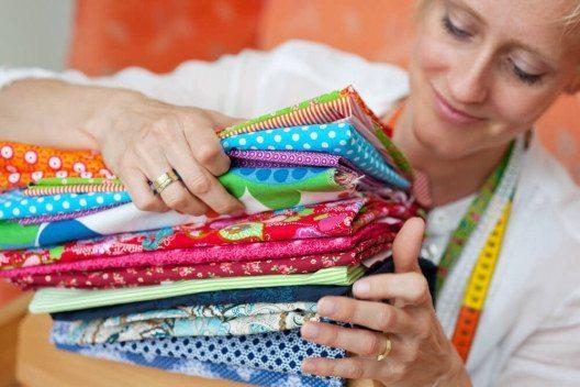 Vielfältige Stoffe und tausend Nähideen - das Hobby Nähen bietet kaum Grenzen. (Bild: © racorn - shutterstock.com)