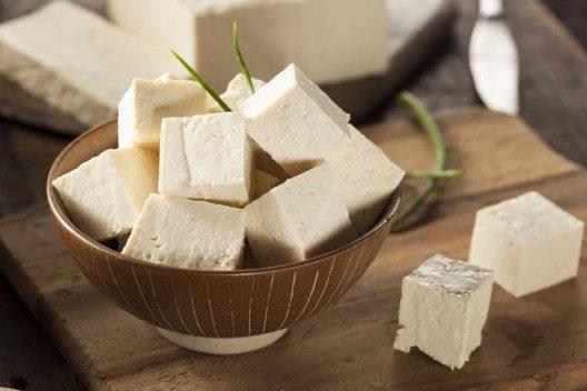 Tofu gibt es in jedem Bioladen und mittlerweile auch in fast jedem mittelgrossen Supermarkt. (Bild: © Brent Hofacker - shutterstock.com)