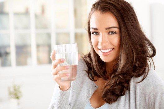 Je nach Tagesablauf, Trainingsplan, Gewicht und Jahreszeit braucht der Körper 1,8 bis 4 Liter Wasser. (Bild: © Aila Images - shutterstock.com)