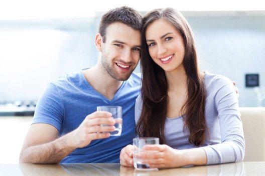 Viel Wasser trinken ist gut für eine schöne Haut. (Bild: © Edyta Pawlowska - shutterstock.com)