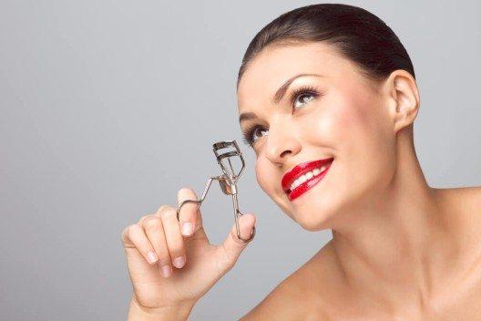 Mit einer Wimpernzange hochgebogene Wimpern lassen die Augen sofort strahlen und frischer aussehen. (Bild: © Fisher Photostudio - shutterstock.com)