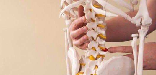 Im Liegen ist der Rücken entlastet, die Wirbelsäule muss nicht mehr das Gewicht des Körpers tragen. (Bild: © haitaucher39 - fotolia.com)
