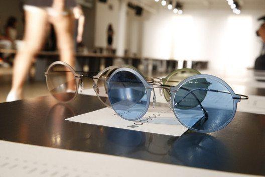 Die Sonnenbrillen hat der Modedesigner in Zusammenarbeit mit der österreichischen Brillenmanufaktur Silhouette geschaffen. (Bild: Linda Gaunt Communications)
