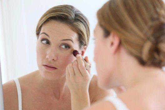 Concealer ist ein Liebling vieler Frauen. (Bild: © Goodluz - shutterstock.com)