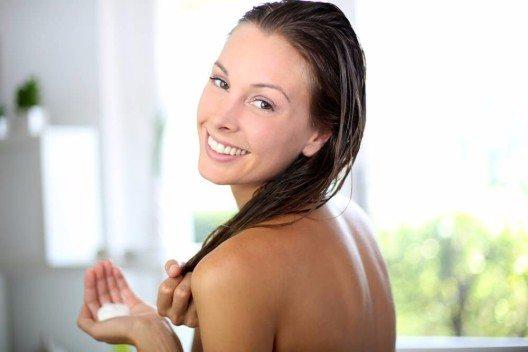 Conditioner verleiht dem Haar Glanz und Geschmeidigkeit. (Bild: © Goodluz - shutterstock.com)