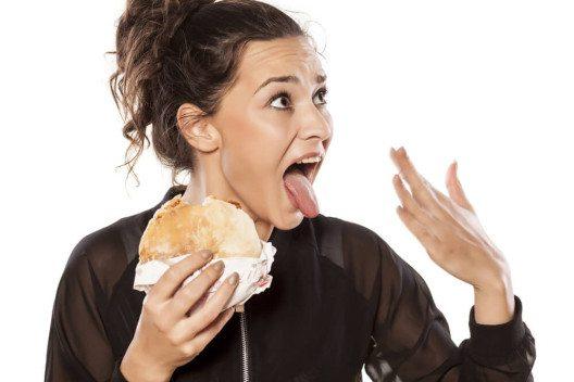 Essen sollte nicht zu scharf sein, um den Magen zu schonen. (Bild: © Vladimir Gjorgiev - shutterstock.com)