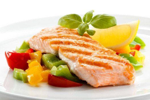 Nutzen Sie die Auswahl, um sich das Richtige auszusuchen, wie z. B. Fisch oder Fleich mit Salat. (Bild: © Jacek Chabraszewski - shutterstock.com)