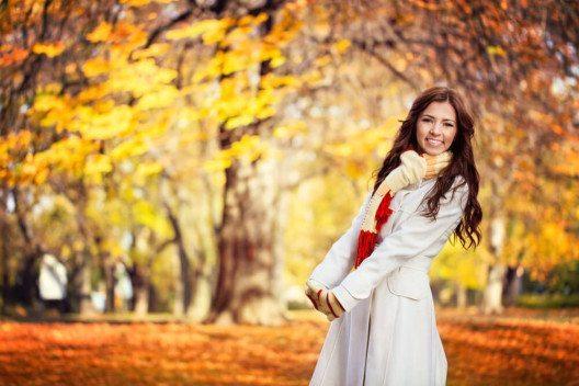 Mit schicker Herbstmode macht ein Spaziergang erst richtig Vergnügen. (Bild: © Lucky Business - shutterstock.com)