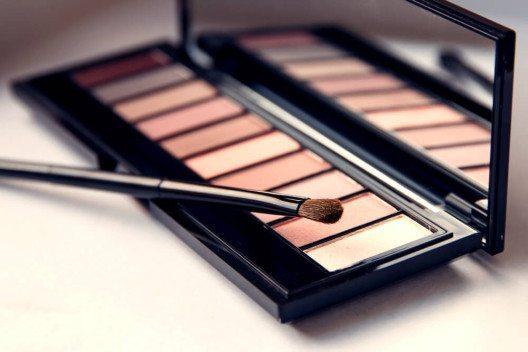Besonders bei der konventionellen Kosmetik sind die Langzeitfolgen für Haut und Gesundheit oft noch nicht geklärt. (Bild: © Alexis Photo - shutterstock.com)
