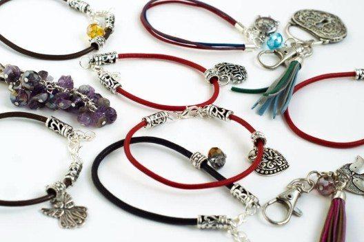 Während für Armschmuck Gummibänder ideal sind, eignen sich für Ketten verschiedene Bänder und Schnüre. (Bild: © alicjane - shutterstock.com)