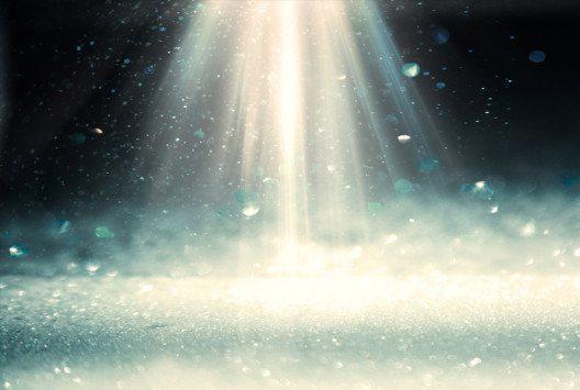 Lichtduschen helfen dabei, den Lichtmangel im Winter auszugleichen. (Bild: Kotkoa / Shutterstock.com)