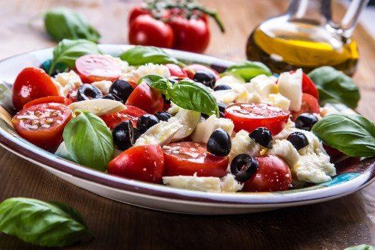 Mittelmeerküche setzt auf viel Getreide, Gemüse, Obst und Fisch. (Bild: Marian Weyo / Shutterstock.com)