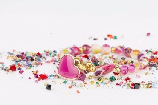 Beim Gestalten von Modeschmuck sind der Fantasie keine Grenzen gesetzt. (Bild: © Kolidzei - shutterstock.com)