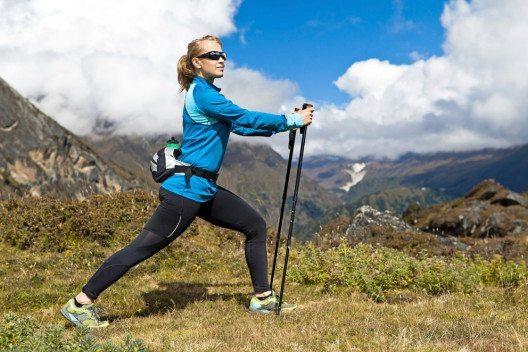 Fürs Nordic Walking benötigt man spezielle Stöcke, funktionelle Outdoor-Sportbekleidung und geeignete Turnschuhe. (Bild: Blazej Lyjak / Shutterstock.com)