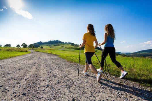 Nordic Walking trainiert Ausdauer und Kraft gleichzeitig. (Bild: Jacek Chabraszewski / Shutterstock.com)