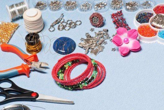 Je nach Fädelmaterial werden verschiedene Verschlüsse benötigt. (Bild: © Vaclav Mach - shutterstock.com)