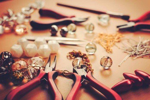 Um Schmuck herzustellen, braucht ihr neben dem Material auch geeignetes Werkzeug. (Bild: © beccarra - shutterstock.com)