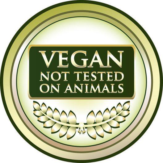 Immer mehr Menschen greifen zu Kosmetikartikeln, die vegan und tierversuchsfrei hergestellt sind. (Bild: mushan / Shutterstock.com)